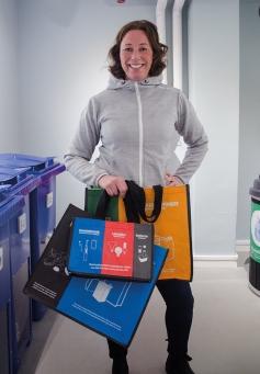 – Vi vill ge förutsättningar för att agera mer hållbart. Bland annat genom att dela ut praktiska sorteringspåsar till dem som går vår hållbarhetsskola, berättar projektledaren Nina Staaf på Mitthem.