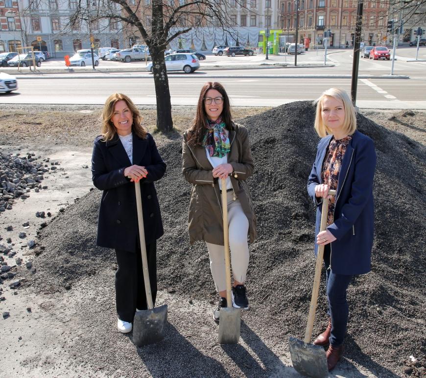 Bild på Eva Nyh Hederberg, Bodil Hansson och Alicja Kapica. De står med spadar framför en grushög i centrala Sundsvall.